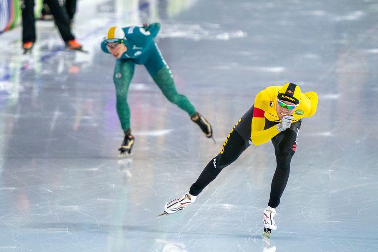 Patrick Roest (in het geel) en Jorrit Bergsma rijden de 10.000 meter in Heerenveen. Beeld BSR Agency