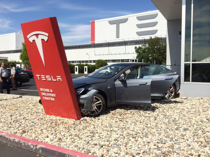 Deze Tesla was al beschadigd voordat de eigenaar de openbare weg bereikte.