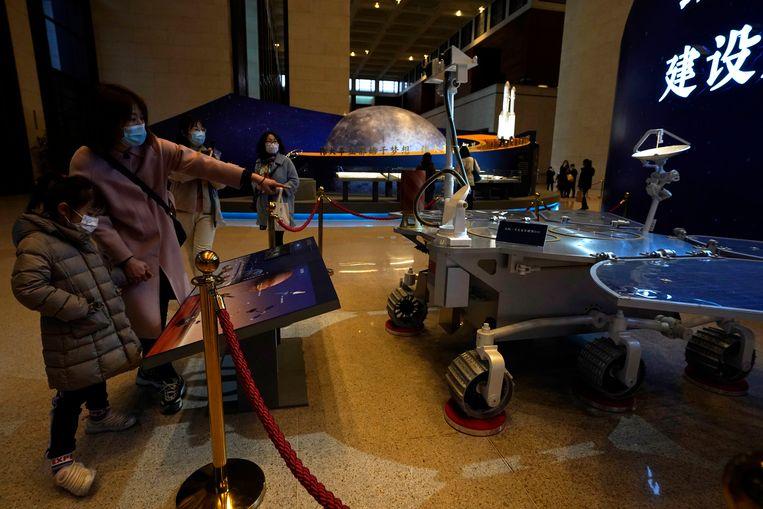 Bezoekers bekijken een schaalmodel van Zhurong in het Nationale Museum.  Beeld AP