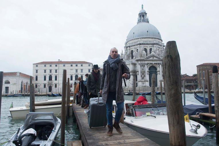 Het dansgezelschap trekt per boot naar het Teatro La Fenice in Venetië.  Beeld Ballet Vlaanderen/Ingnaco Urrita