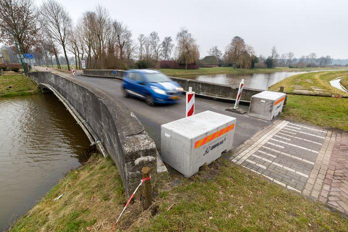 De oude brug was enkele jaren op deze wijze afgesloten voor zwaar (sluip)verkeer.