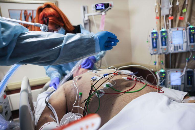 Een covidpatiënt krijgt verzorging op een intensieve zorgafdeling in Californië. Beeld AFP
