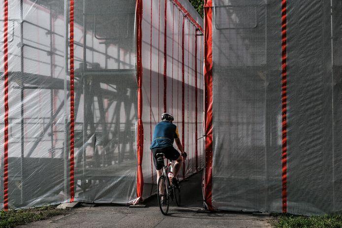 De oorlogsbrug, de poort naar Spijk, is tijdelijk dicht voor een opknapbeurt. Foto: Jan van den Brink