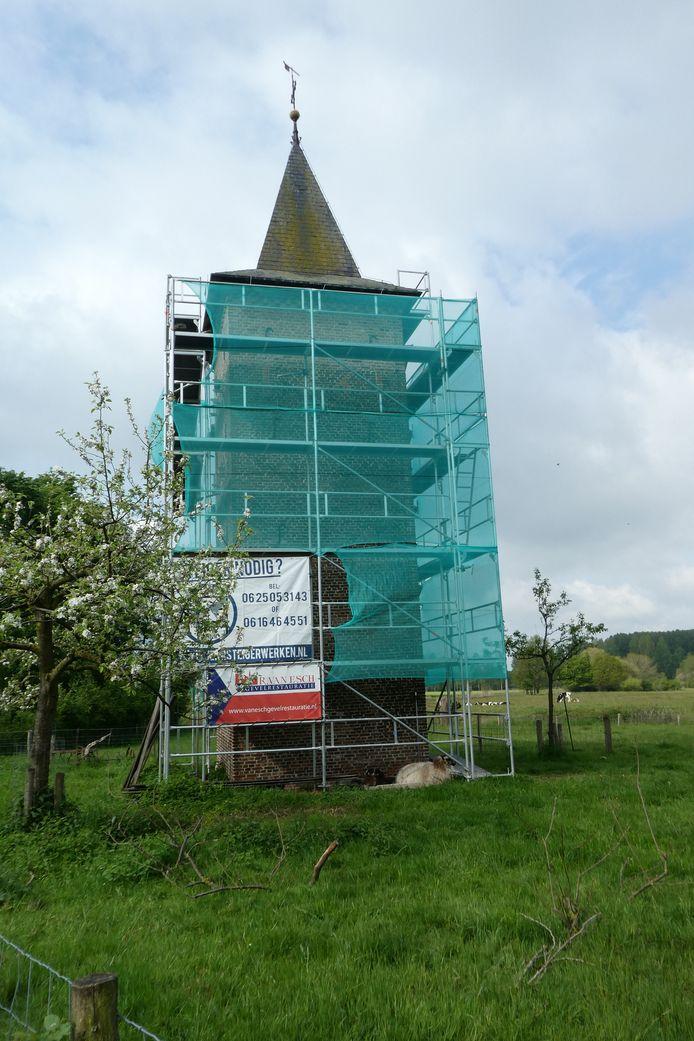 De Duiventoren in Liempde staat in de steigers. Ook de marterkraag wordt vernieuwd.