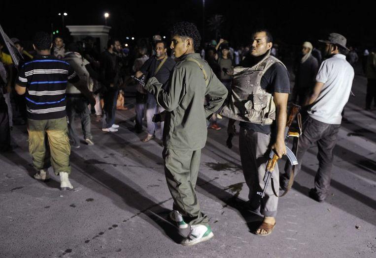 Aanhangers van Kadhafi troepten vannacht samen bij Bab Azizia. Beeld REUTERS