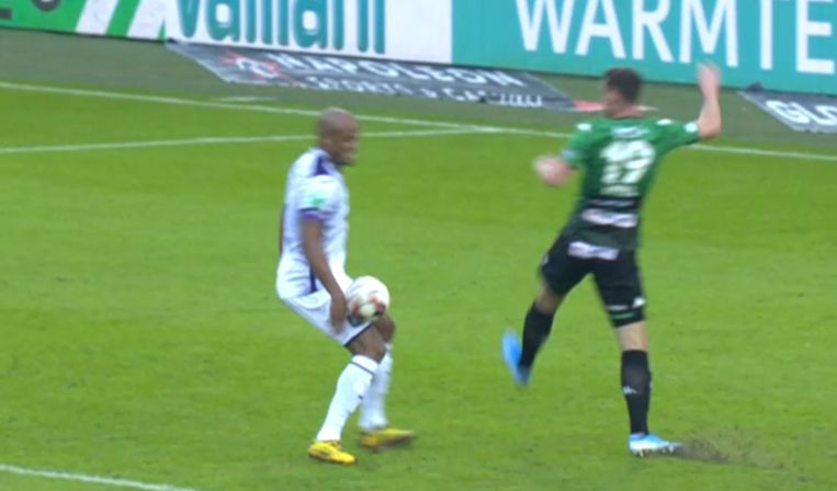 Kompany raakte de bal met de hand in de zestien tegen Cercle.