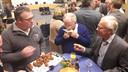 Ook wethouder Henk Kielman (rechts) keurde de barbecuebitterballen van hobbykok Michael Theuns uit Ossendrecht na de laatste raadsvergadering van 2018 in Hoogerheide.