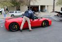 Deze knalrode Ferrari 458 Italia uit 2011 zou 100.000 dollar (83.000 euro) waard zijn.