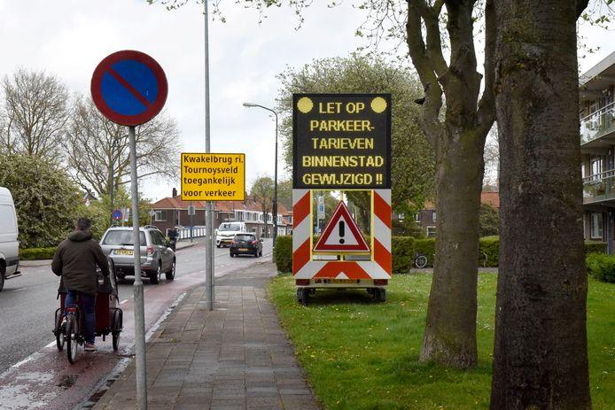 Tekstwagens bij de ingangen van de binnenstad, zoals hier in de Chrysantstraat, moeten bezoekers attenderen op de nieuwe parkeertarieven.