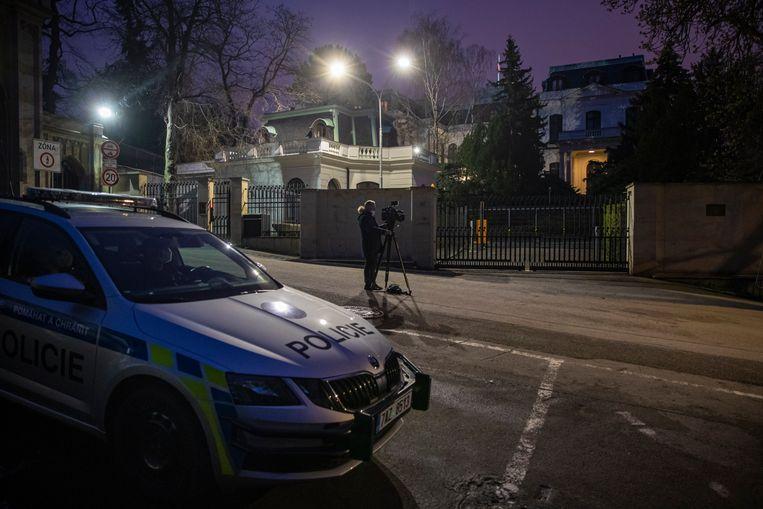 Media en politie bij de Russische ambassade in Praag. Beeld EPA