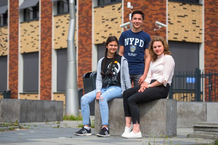 Özlem Sahin, Davy van der Schoot en Daisy Momotenko volgen tweetalig onderwijs op het Dr. Mollercollege