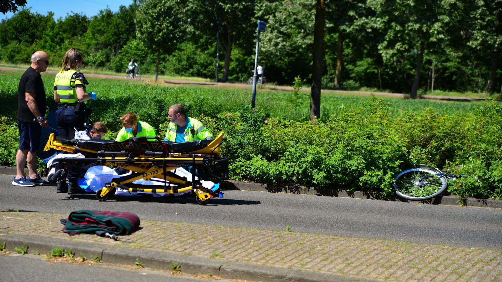 Een fietser is maandagmiddag rond 15.40 uur gewond geraakt bij een aanrijding met een auto op de Rijpelbergseweg in Helmond.