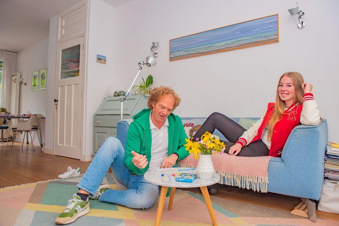 Haagse Nieuwe Bien Flach met haar vader in hun knusse huiskamer!