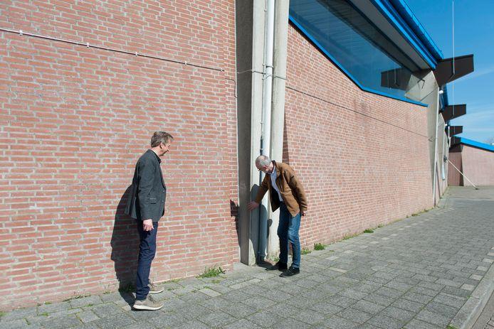 Rob Plant (l) en Wilfried Nijhuis bekijken de betonnen kolommen die De Scheg zo kenmerken. Met hun bouwbedrijf Obdeijn Groep B.V., nu Van Wijnen, waren ze verantwoordelijk voor de bouw van het sportcentrum.