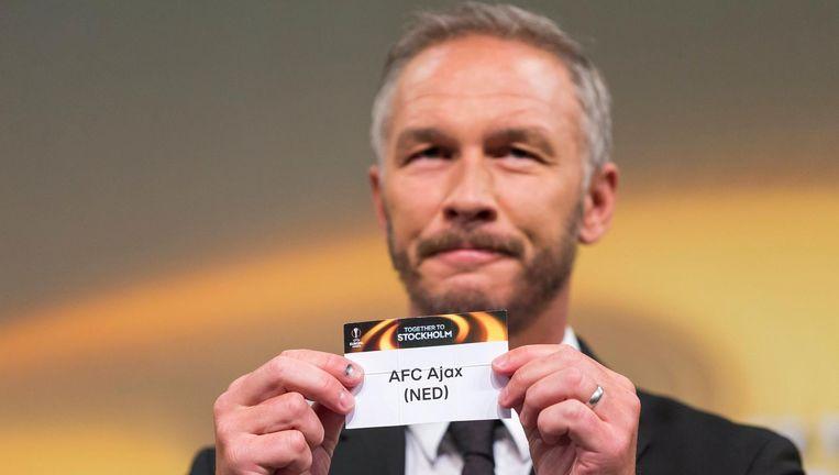 Voormalig Zweeds voetballer Patrik Andersson tijdens de loting in Nyon Beeld EPA