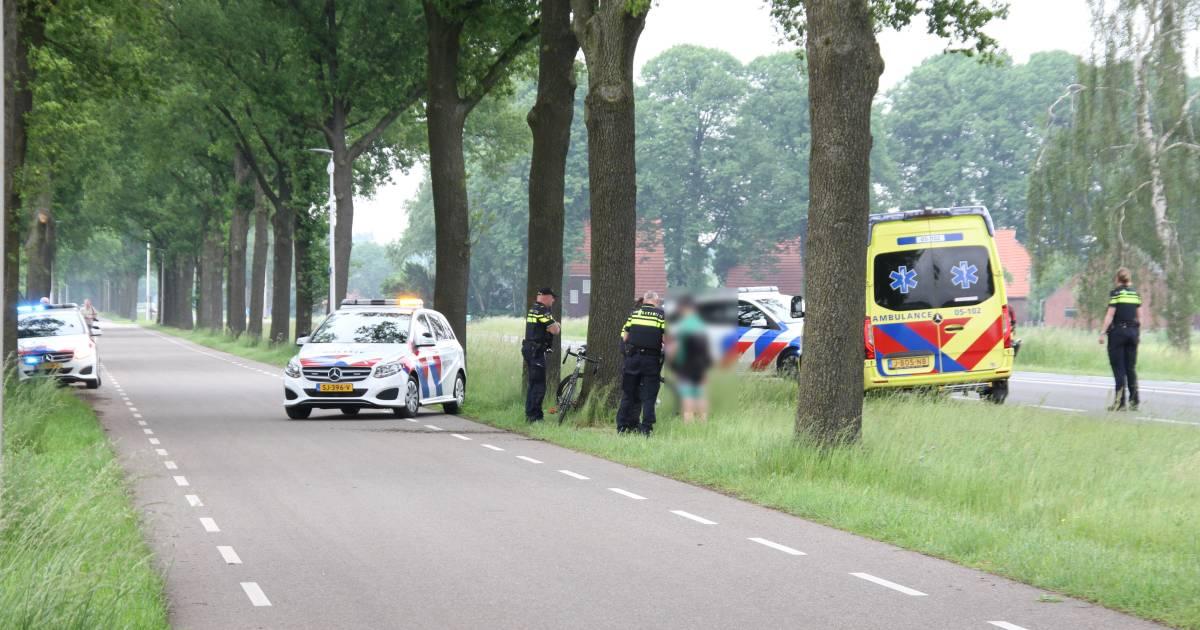Wielrenner met spoed naar ziekenhuis na botsing met boom in Rijssen.