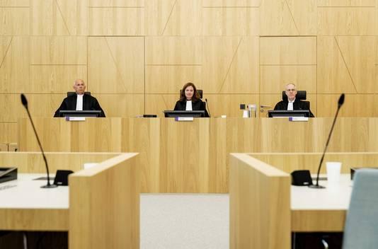 De rechters poseren voorafgaand aan de zaak tegen Klaas Otto in de rechtbank van Breda voor een afpers-, witwas- en mishandelingszaak.