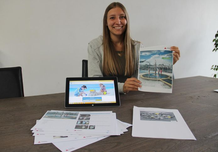 Sien Depoortere heeft ook brochures, zodat mensen met autisme beter van een attractie kunnen genieten. Hier toont ze de brochure van waterdoecentrum Hidrodoe in Herentals.