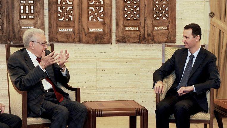 De Syrische president Assad (R) in gesprek met Lakhdar Brahimi (L). Beeld epa