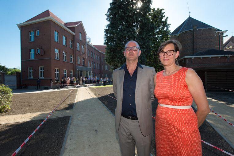 Bart De Vos, gedelegeerd bestuurde van Bed Muzet en Karin Reynaers, de voorzitter van Café Jardin, vorig jaar bij de opening van de jeugdherberg.