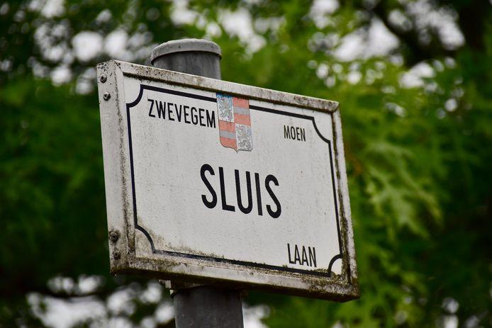 De voorraad gedumpte asbest werd aangetroffen langs de Sluislaan in Moen.