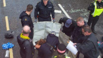 Klimaatprotest in Londen: activiste lijmt borsten vast op wegdek, 'klimaatopa' (83) blokkeert trein