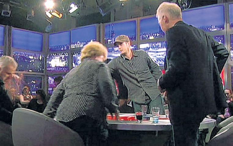 Joran van der Sloot (met pet) gooit vlak na de uitzending van Pauw en Witteman een glas wijn in het gezicht van Peter R. de Vries in 2008.  Beeld RV