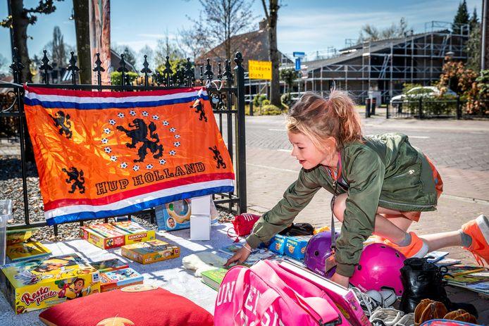 Teuntje Gruijters verkoopt spulletjes tijdens Koningsdag in Helmond