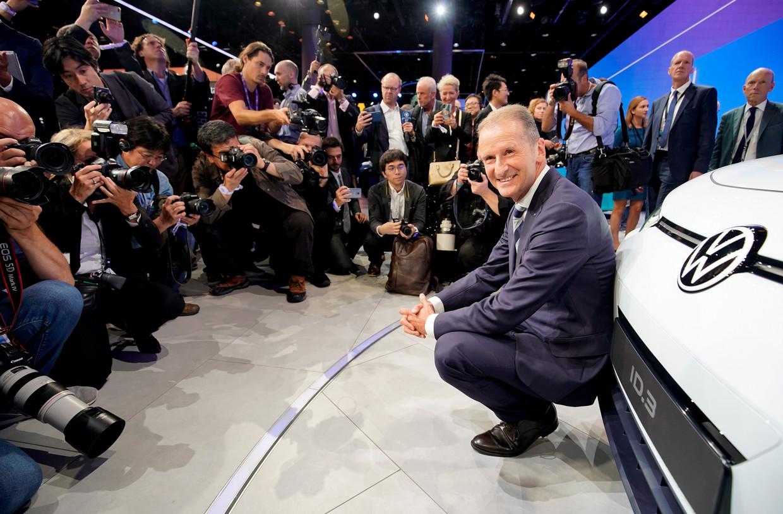Herbert Diess, de ceo van Volkswagen, presenteert de nieuwe elektrische Volkswagen.  Beeld EPA