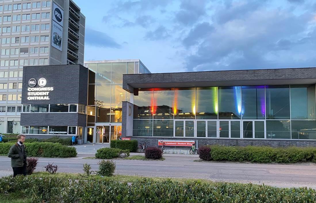 De Hogeschool PXL laat het Congress-gebouw wél in alle kleuren van de regenboog oplichten.