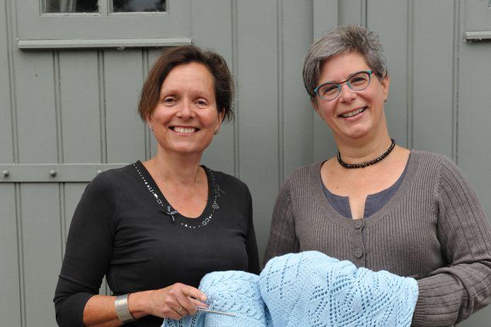 Anja Geldof (l) en Stefanie Huibregtse met 'het beddengoed van tante Zoet'.