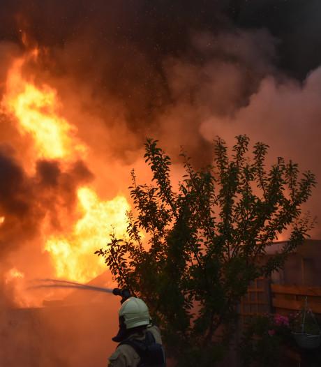 Twee aanhoudingen na grote brand in schuur in Almelo