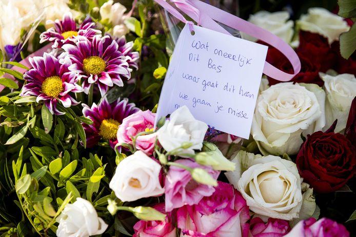 Bloemen op de plek waar Bas van Wijk werd doodgeschoten. De 24-jarige man werd neergeschoten bij de Amsterdamse recreatieplas de Oeverlanden.