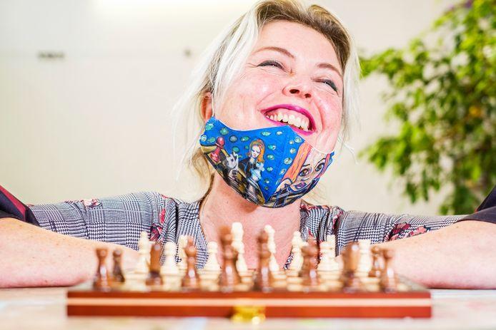 Jennekedepenneke, ofwel Jenneke van Wijngaarden is, naar aanleiding van de Netflix-serie The Queen's Gambit begonnen met schaken. Ze is kunstenares en heeft een Queen's Gambit mondkapje ontworpen, die is opgemerkt en geretweet door de schaakkampioen Kasparov!