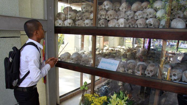 Een Cambodjaan staat stil bij de slachtoffers van het Pol Pot regime Beeld anp