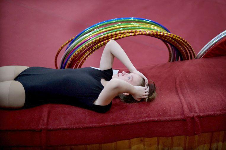 Voor ze tegenover de jury haar toelatingsexamen moet doen voor de Russische circusopleiding, concentreert een jonge sollicitante zich nog even. Het Staatscollege voor het Circus en Varieté in Moskou, opgericht in 1938 door de bekende clown M. N. Roemjantsev, is het enige professionele onderwijsinstituut voor circusartiesten in Rusland.  Beeld AFP