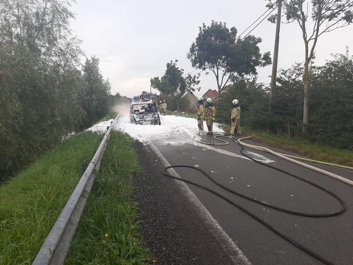De Range Rover brandde volledig uit langs de Lovaart in Lo-Reninge. De brandweer moest het vuur doven met blusschuim.