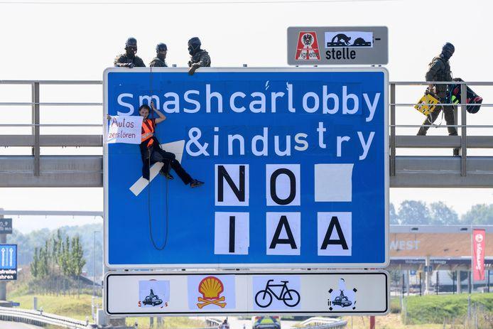 Activisten in actie op een snelweg in de richting van München.