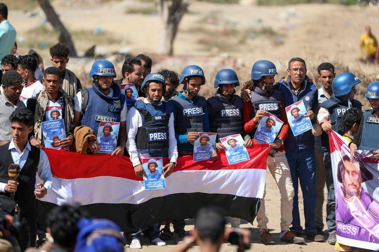 Begrafenis van televisieverslaggever Adib al-Janani, die op 30 december 2020 omkwam bij een bombardement op een vliegveld in Jemen. Beeld AFP