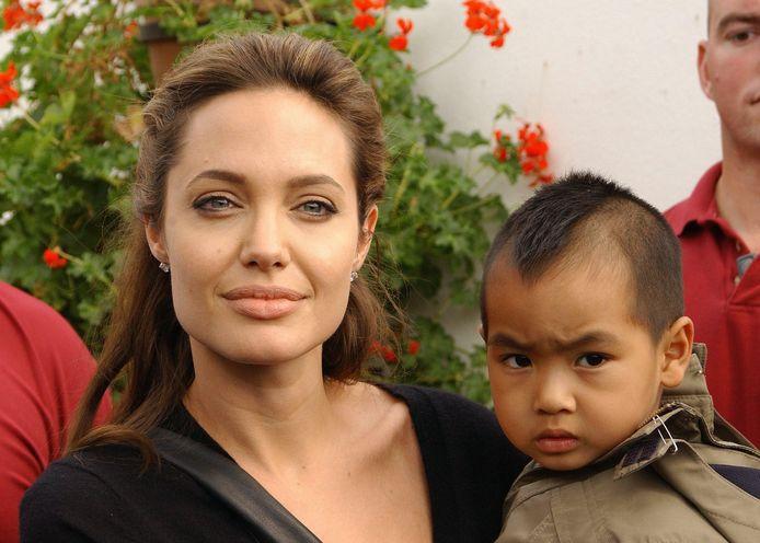 Angelina Jolie en Maddox in 2005.