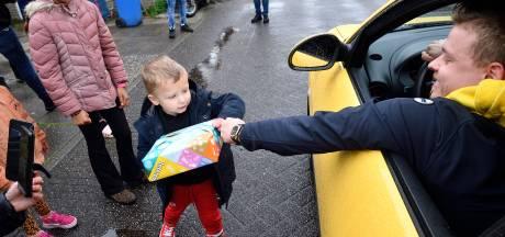 Autofanaat Jaxx (4) beleeft de verjaardag van zijn leven: ruim 100 bijzondere auto's rijden langs