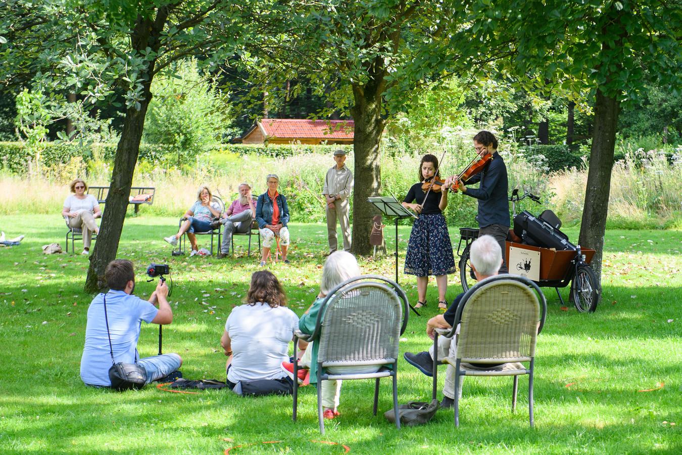Op afstand van elkaar luisteren liefhebbers van klassieke muziek naar de twee Bachspecialisten.