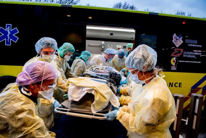 Het lukt ziekenhuizen in de regio Amsterdam bijna niet meer covidpatiënten in een andere regio te plaatsen. Ook daar liggen de ziekenhuizen inmiddels vol.