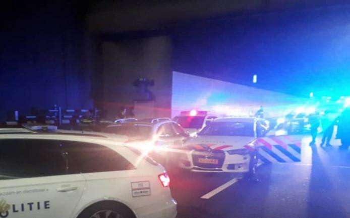De auto reed in op twee politiewagens