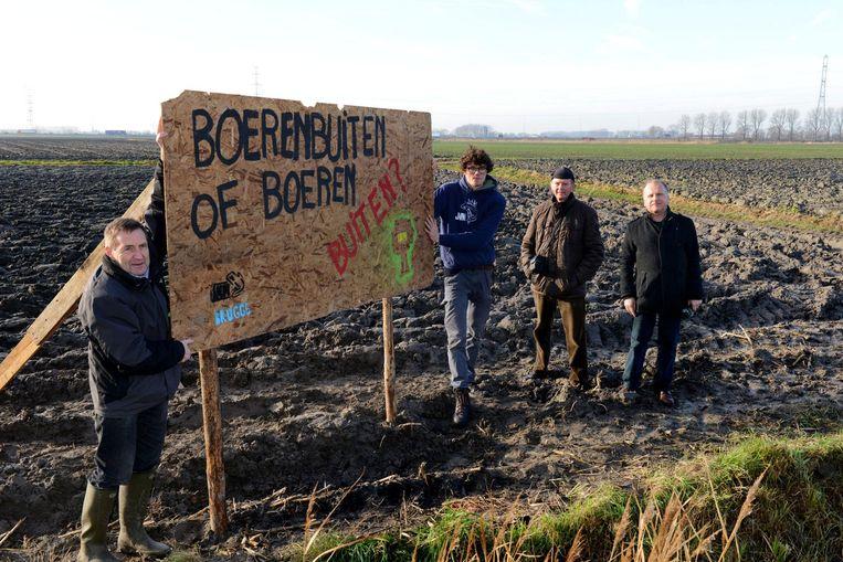 Paul De Graeve, Pieter Vander Vennet, Eric Ver Eecke en Ivan De Clerck bij het protestbord vlak bij de Blankenbergse Steenweg.