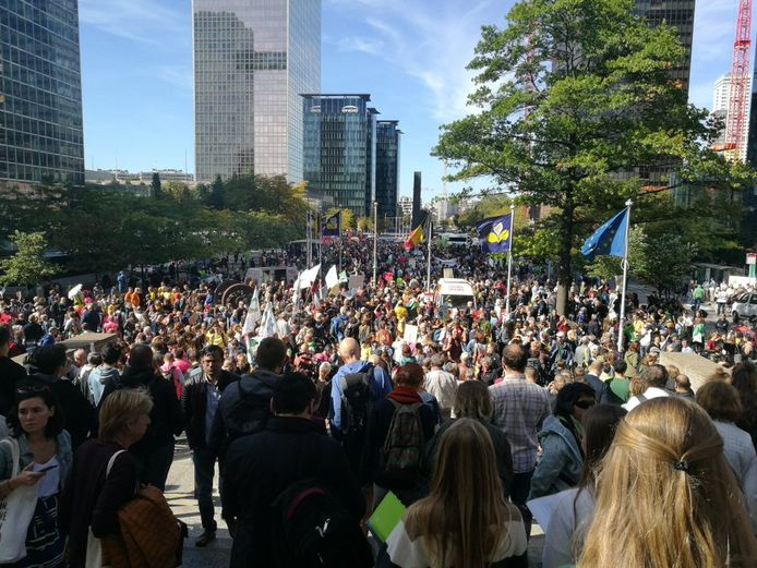 Aan station Brussel-Noord verzamelen de veelal jonge demonstranten.