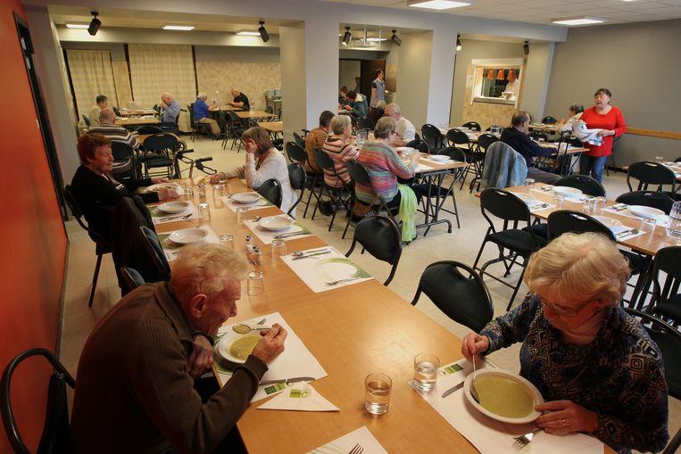 Het seniorenrestaurant Zonneheem in Eeklo. Nu met heel wat lege plaatsen.