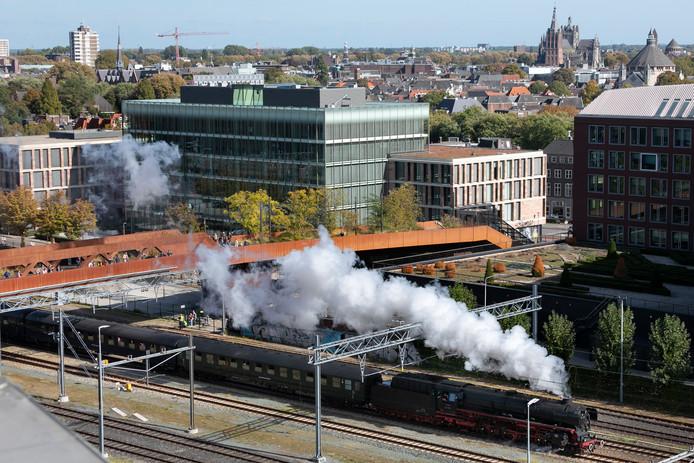 De Duitse stoomtrein die vorig jaar in Den Bosch reed, keert terug met een andere locomotief. Samen trekken zij minstens zeven rijtuigen.