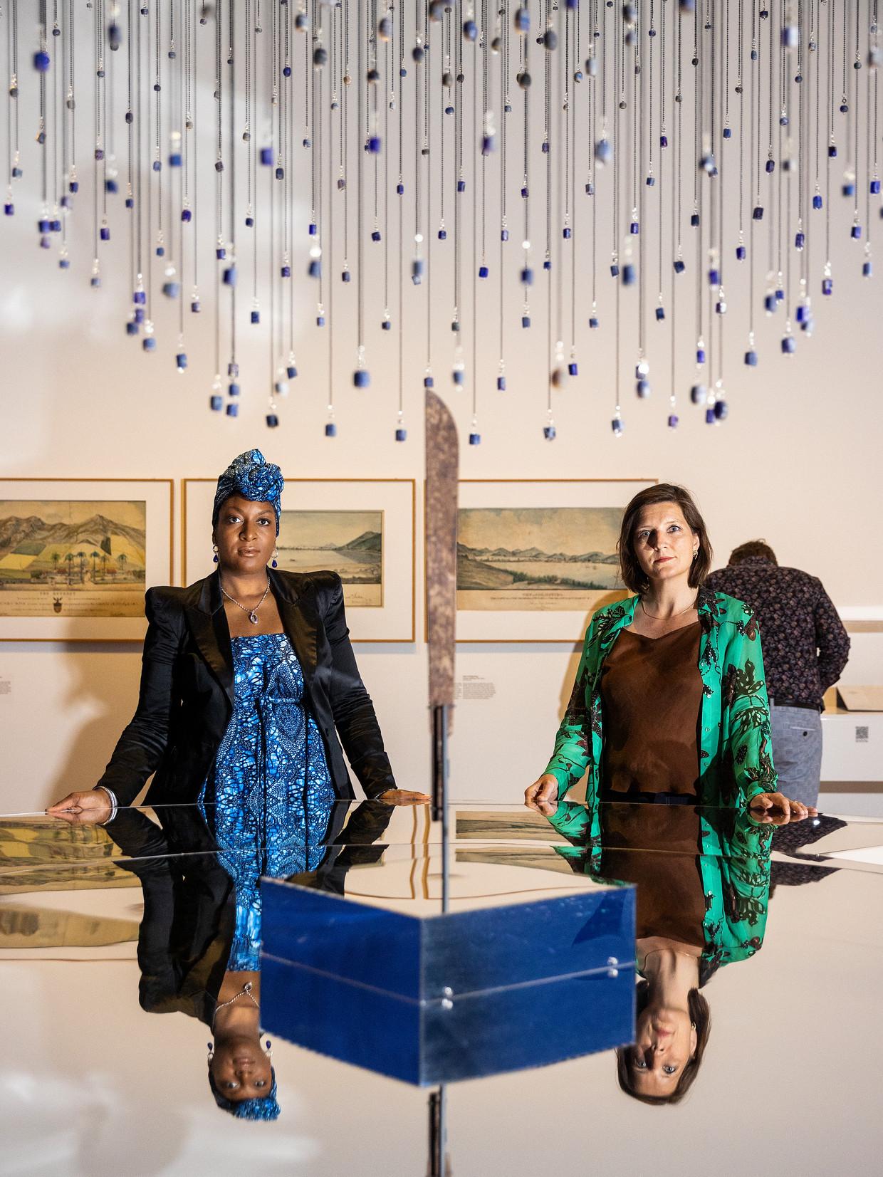 Peggy Bouva en Maartje Duin in de slavernijtentoonstelling in het Rijksmuseum bij een installatie met blauwe kralen.  Beeld Jiri Büller
