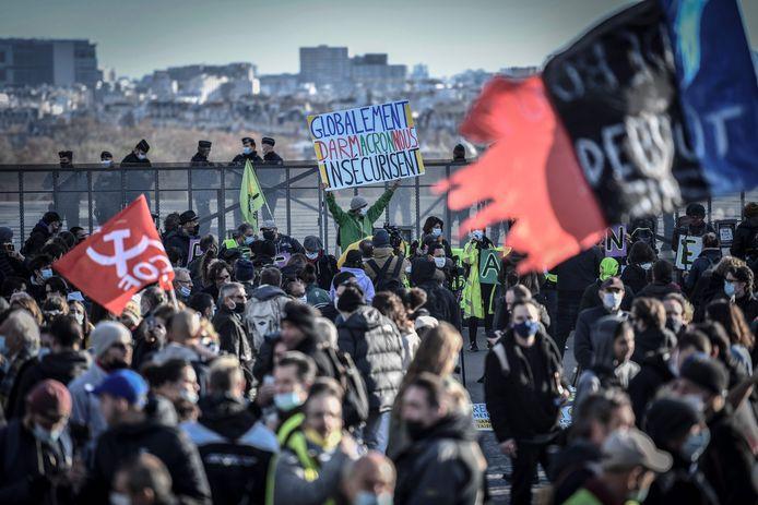 Demonstranten komen samen op het Trocadéro-plein in Parijs.